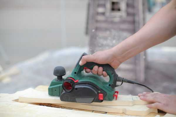 Learning how does a wood planer work with a green colored electric planer